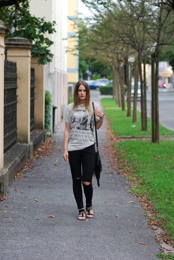 Statemend Shirt - Must have der Saison - Mode - Fashion - Look - Knee Cut Jeans - Sandalen - Fashionladyloves by Tamara Wagner