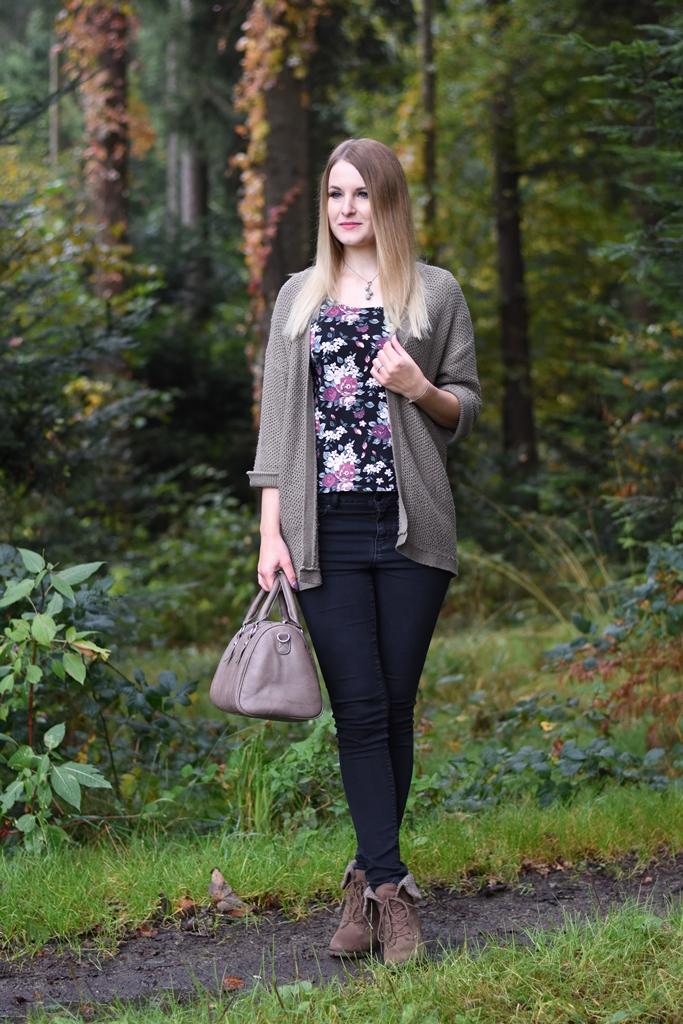 Taupe Cardigan, Herbst Outfit, Herbst Farbtrends, herbstliche Modefotos im Wald, Cardigan, Jeans, Blumenschirt, Fashionladyloves by Tamara Wagner, Fashion Blog, Mode Blog aus Graz Österreich