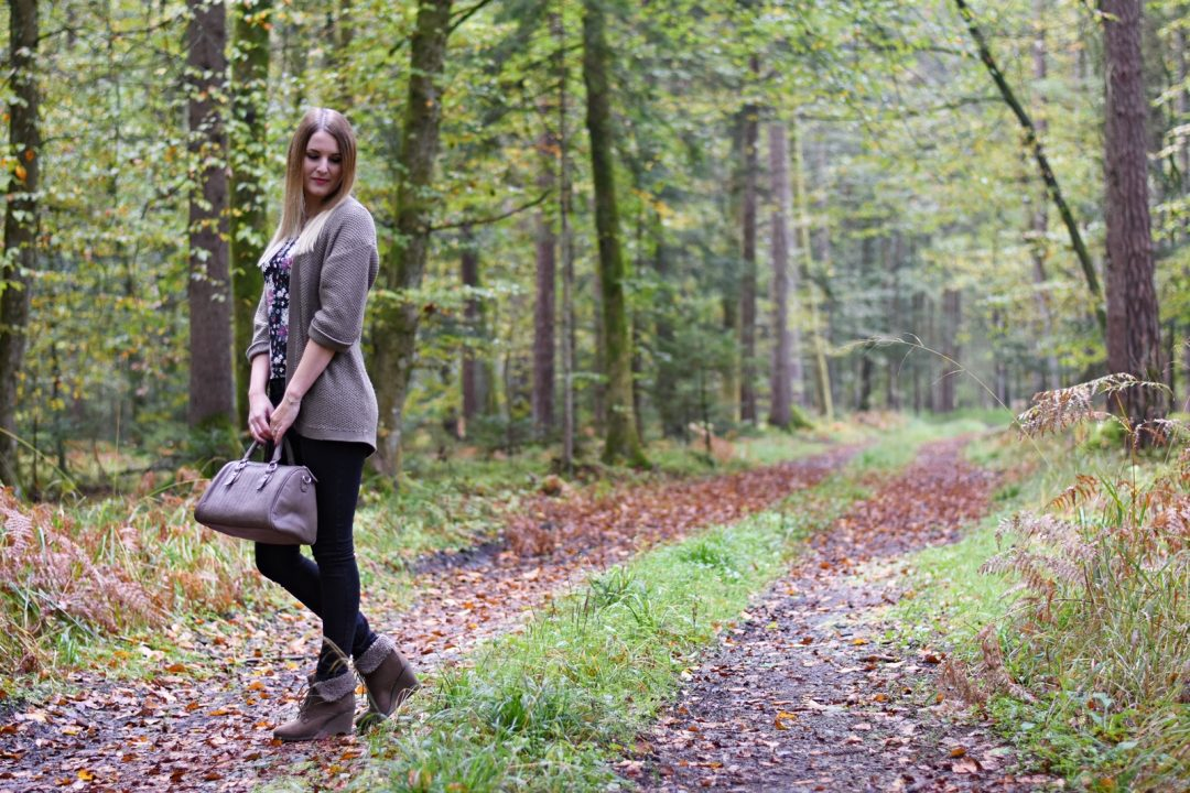 herbst outfit taupe cardigan fashionladyloves. Black Bedroom Furniture Sets. Home Design Ideas