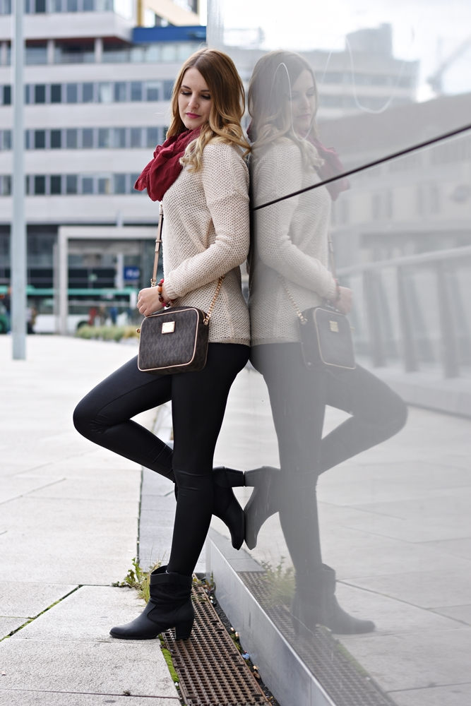 How to wear Leather Leggings - Lederleggings kombinieren - Outfit Ideen - Outfit Styling Tipps - Lederleggings, Pullover, Michael Kors Tasche, Boots, Tuch - Fashionladyloves by Tamara Wagner - Mode Blog - Fashionblog aus Graz Österreich