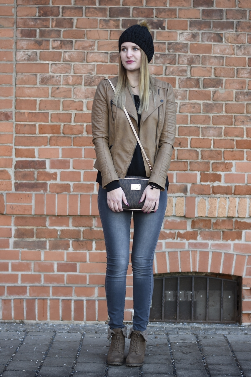 casual-street-style-jeans-sweather-fake-leather-jacket-fashionladyloves-4
