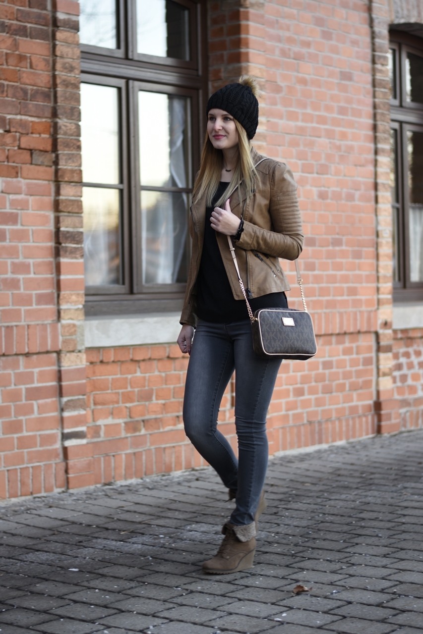 casual-street-style-jeans-sweather-fake-leather-jacket-fashionladyloves-9
