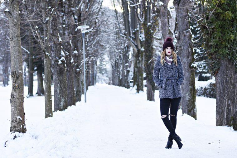 Shades of Grey Outfit - Winterjacke Grau - Rote Mütze - Fashionladyloves