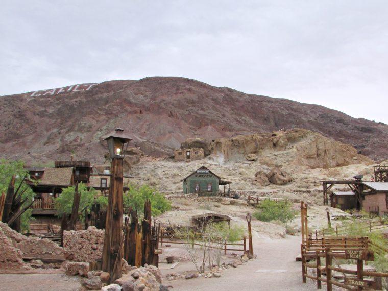 Calico Ghost town - usa rundreise - geisterstadt in der Mojave Wüste - Glashaus aus Flaschen - Roadtrip - Abenteuer Reise - Amerika - Fashionladyloves by Tamara Wagner Travelblog