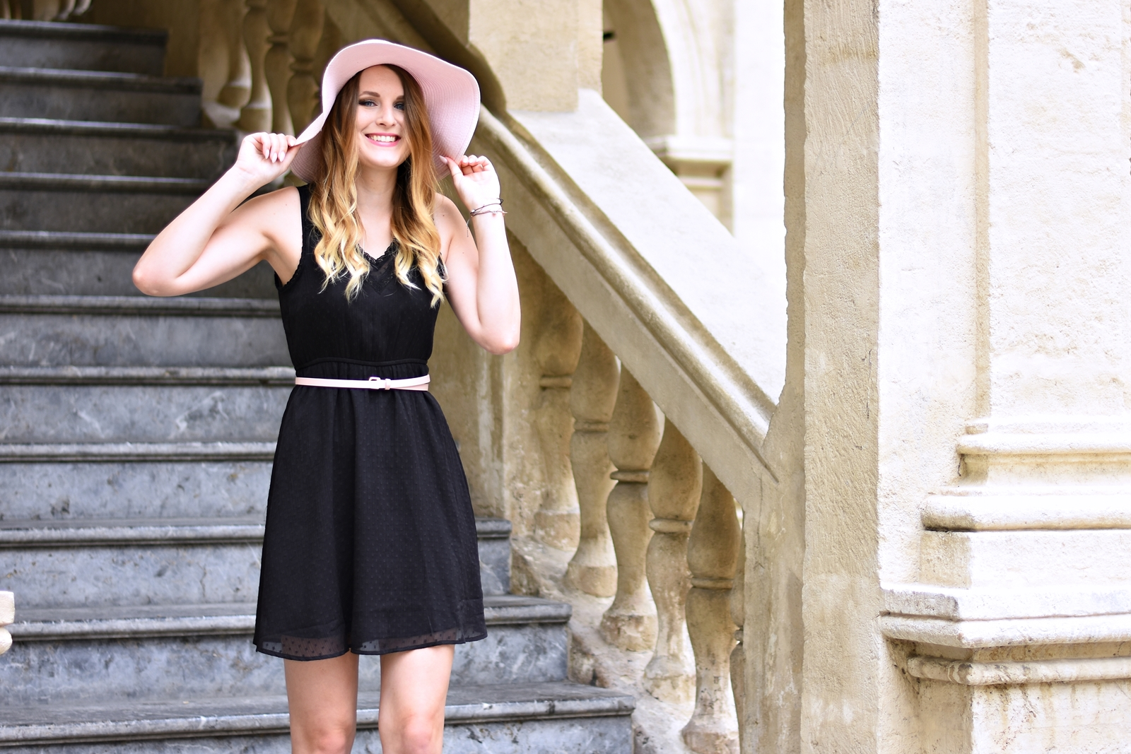 Das kleine Schwarze - sommerlich gestylt - Sommer Kombination - schwarzes Kleid - Outfit - Mode - Style - Trend - Sonnenhut - Keil Schuhe - how to style a black dress for summer - summer trend - Blogparade Fashionladyloves by Tamara Wagner - Fashionblog
