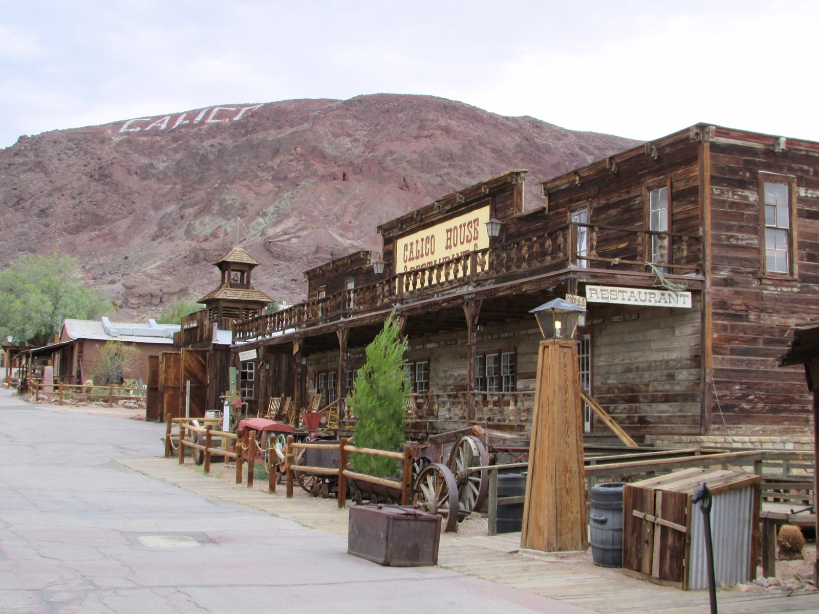 Calico Ghost town - usa rundreise - geisterstadt in der Mojave Wüste - Eingang - Calico House - Fashionladyloves by Tamara Wagner Travelblog