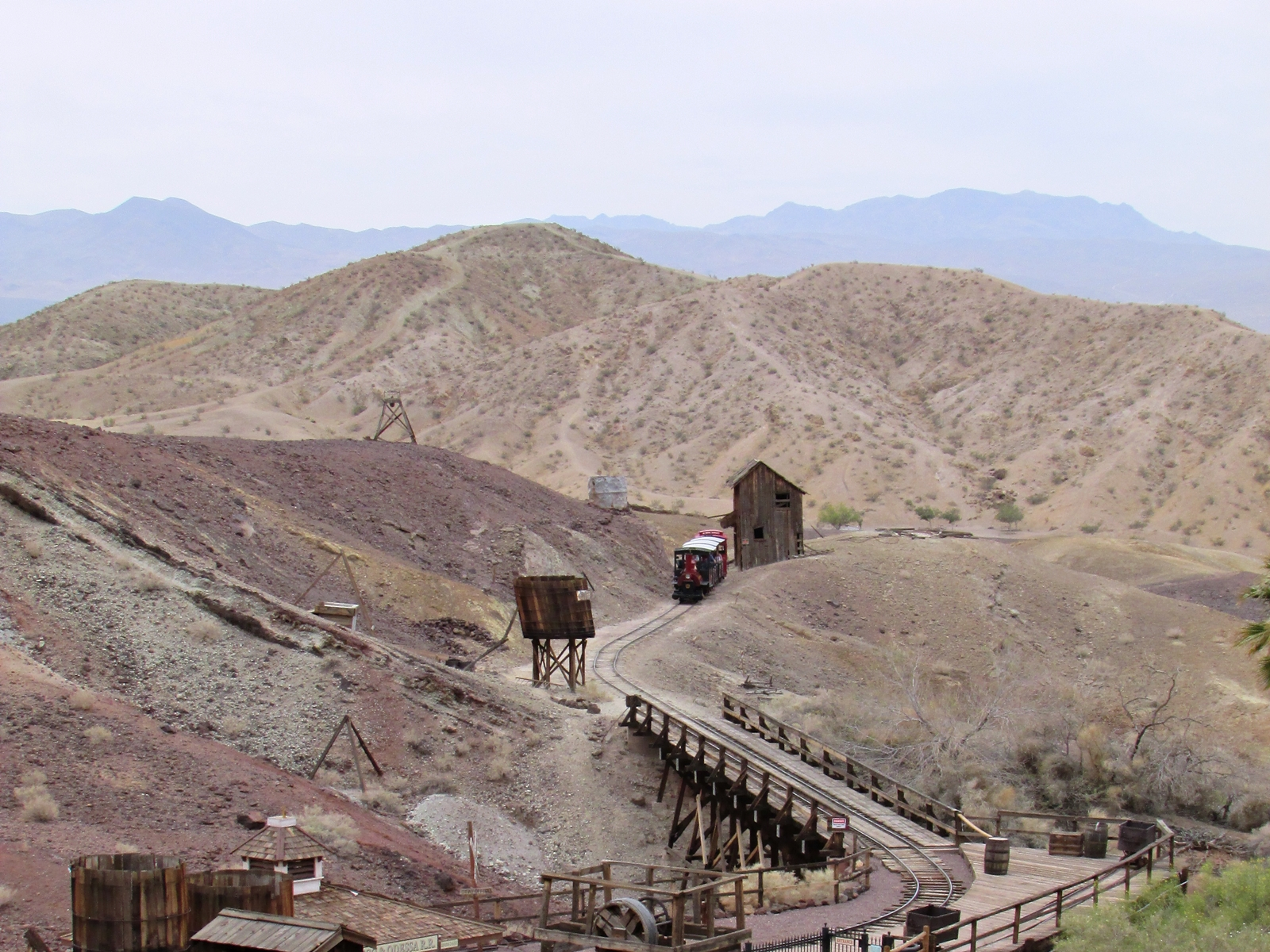 Calico Ghost town - usa rundreise - geisterstadt in der Mojave Wüste - Eingang - Zug - Fashionladyloves by Tamara Wagner Travelblog