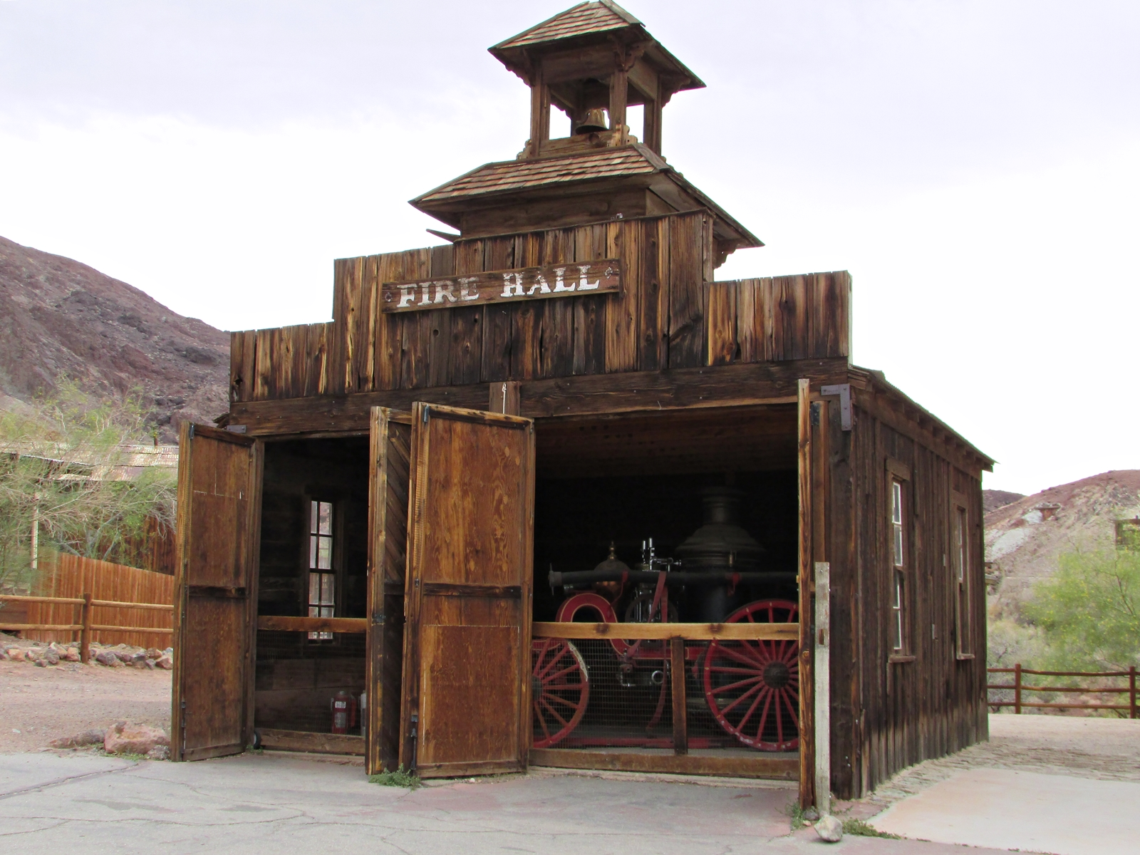 Calico Ghost town - usa rundreise - geisterstadt in der Mojave Wüste - Fire Hall - Roadtrip - Fashionladyloves by Tamara Wagner Travelblog