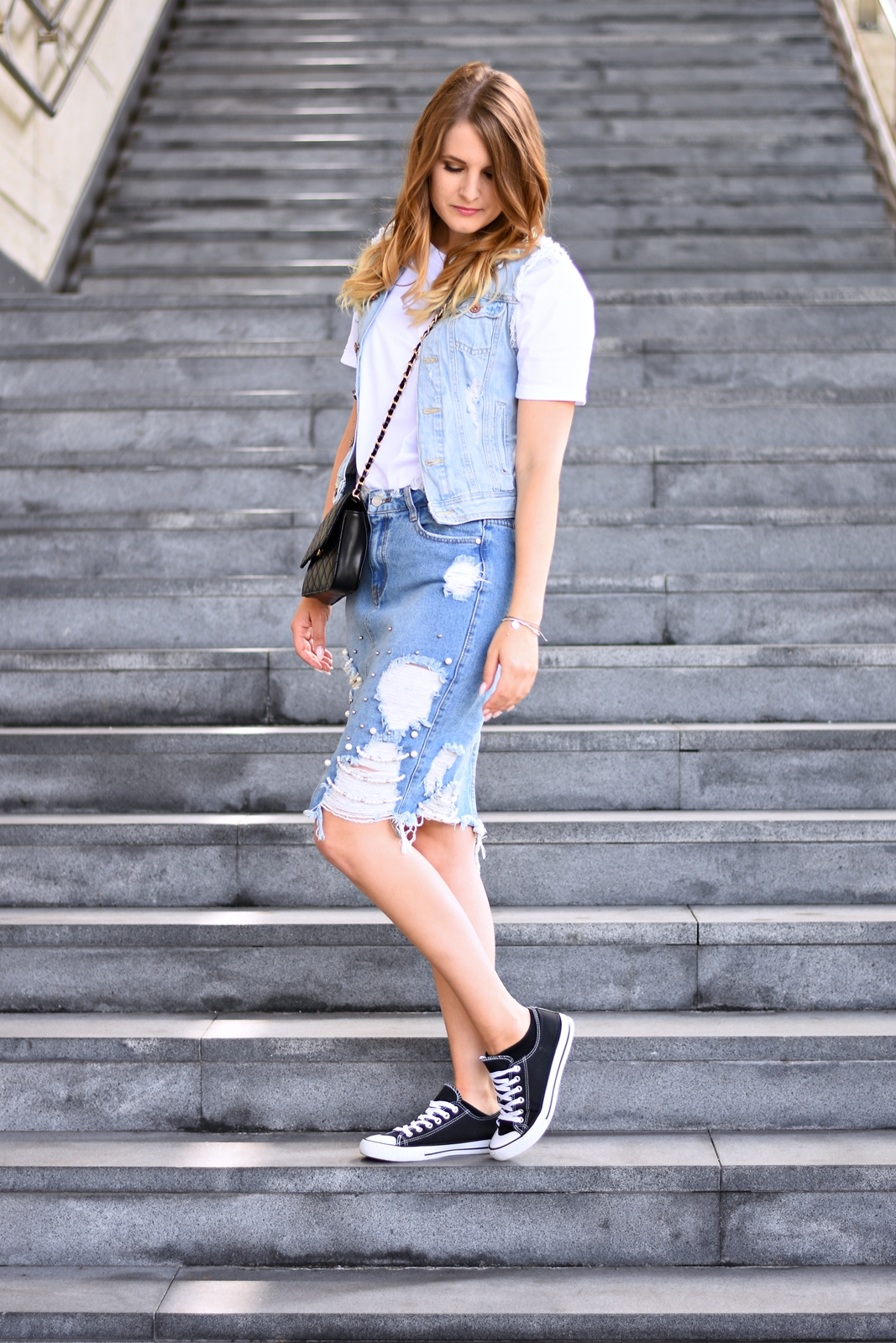 Denim on Denim - so stylst du den double Denim Trend richtig - Jeans Kombination - distressed Jeansrock mit Perlen - Jeansjacke - Chucks - crossbody Bag - weißen Body kombinieren - Style - Mode - Fashion - Look - Streetstyle - Alltagslook - styling Tipps - - Fashionladyloves by Tamara Wagner - Fashionblog - Mode Blog - Lifestyleblog aus Graz Österreich