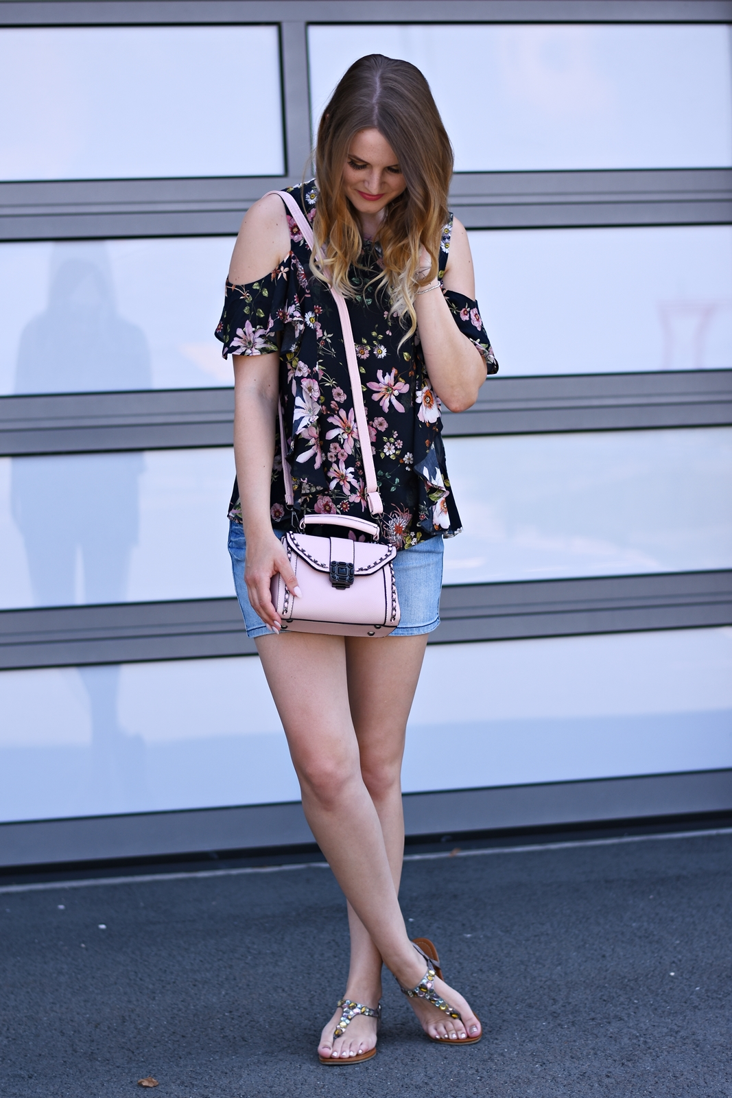 Jeansrock der Sommertrend - Streetstyle - Mode - Fashion - Trends - Blumenprint Bluse - Rosa Tasche - Fashionladyloves by Tamara Wagner Fashionblog