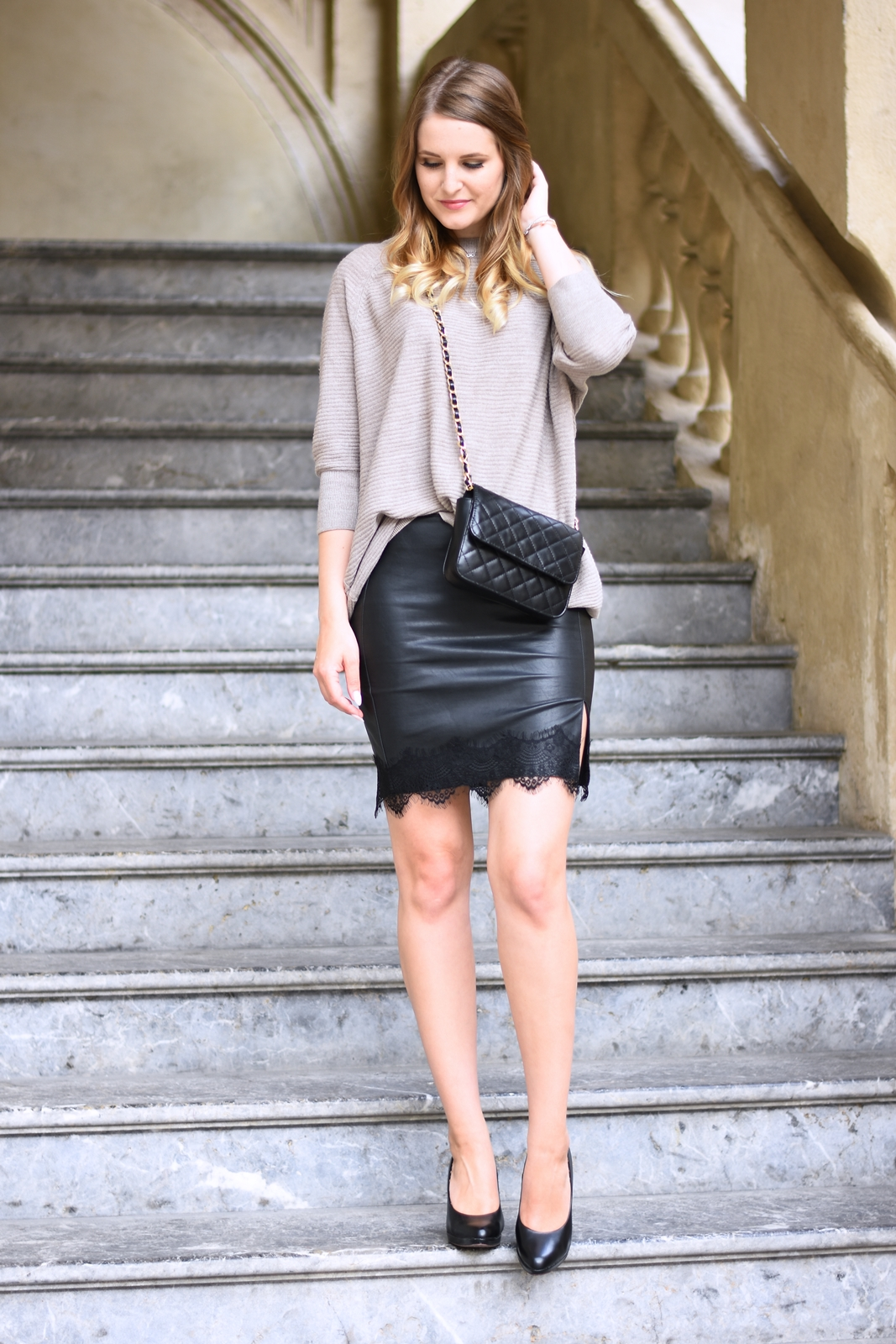 Faux Leather meets Cozy Sweater - Kunstlederrock mit Spitze und oversized Sweater - Pumps - Cross Body Bag - Kombination - Lederrock kombinieren - Herbst Trend - Streetstyle - Alltagslook - Outfit Look Fashion Style - Herbst Mode - Fall Trend - Fashionladyloves by Tamara Wagner - Fashion Blog aus Graz Österreich - Mode Blogger
