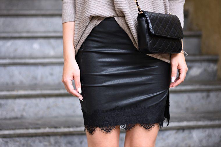 Faux Leather meets Cozy Sweater - Kunstleder Rock in Kombination mit einem Taupe färbigen Sweater - Cross Body Bag - Kunstleder Rock mit Spitze - Outfit Look Fashion Style - Herbst Trend - Fall Trend - Fashionladyloves by Tamara Wagner - Fashion Blog aus Graz Österreich