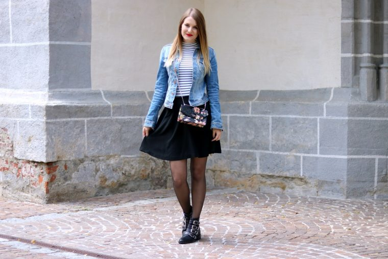 Die Jeansjacke kombinieren - Zeitlose Modeklassiker die in keinem Kleiderschrank fehlen dürfen - Styling Tipps - Outfit Inspiration - Fashion - Mode - Trends - Klassiker - Jeansjacke - Streifenshirt - Rock - Nieten Boots - Cross Body Bag - Fashionladyloves by Tamara Wagner - Fashion Blog - Mode Blog aus Graz Österreich
