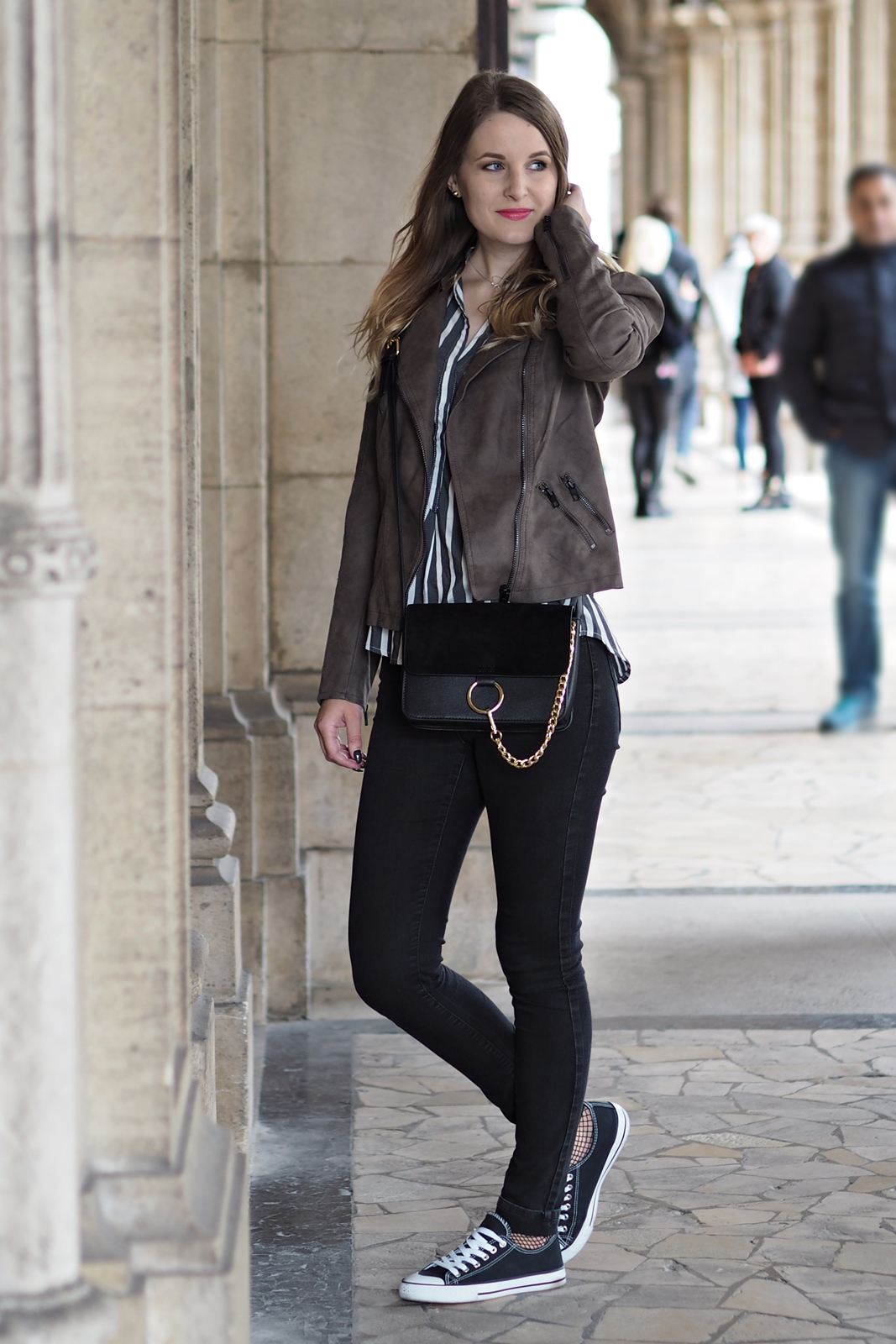 Herbst Outfit mit Streifenbluse für das Fashion Camp Vienna - Style - Street Style - Fashion - Mode - Trends - Kunstlederjacke - Bluse - Skinny Jeans - Chucks - Cross Body Bag - Fashionladyloves by Tamara Wagner - Fashion Blog - Mode Blog aus Graz Österreich