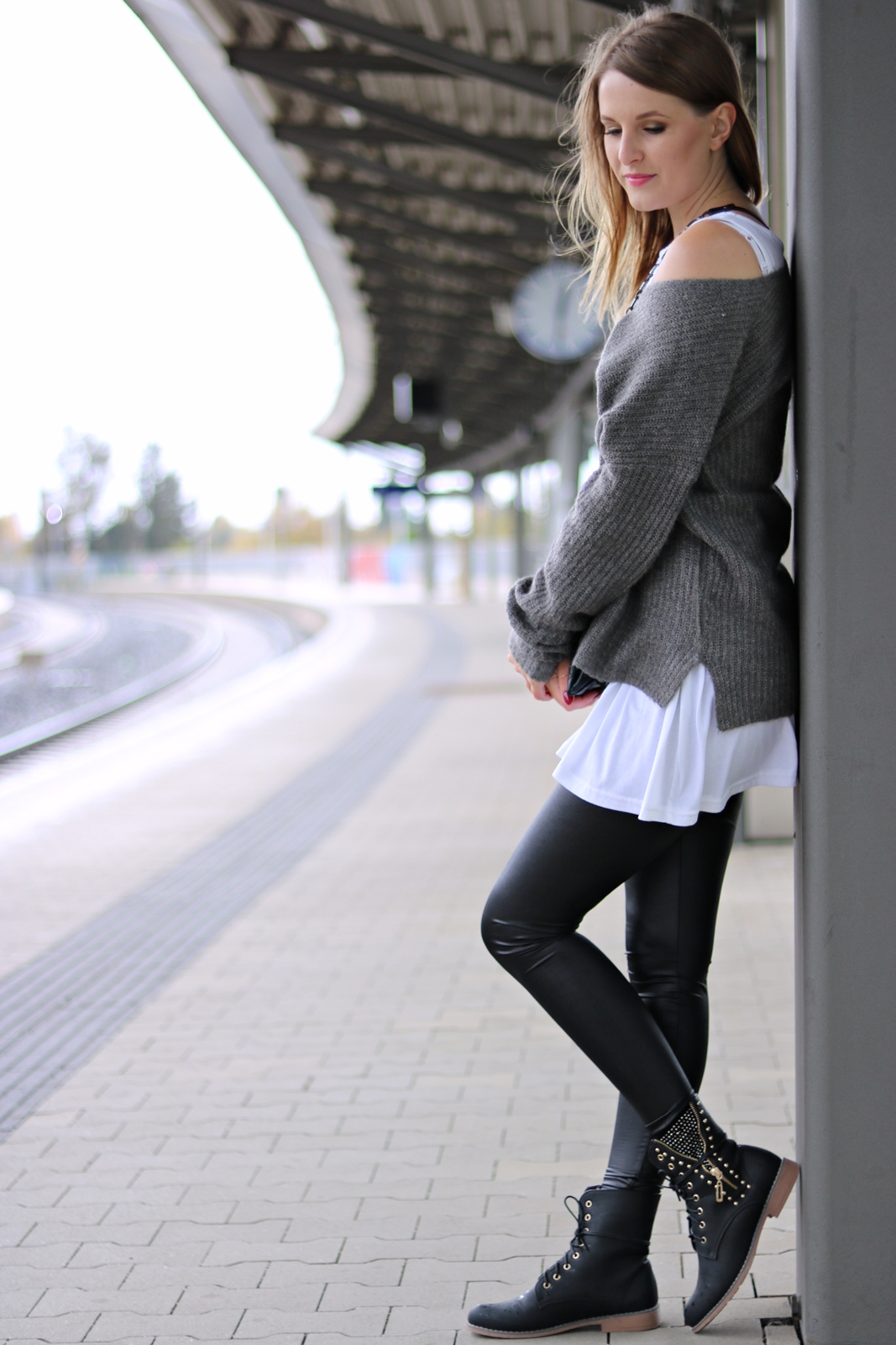 Lederleggings kombinieren - so stylst du diesen Herbst Trend - Modetrend - Herbst Kombination - Leggings Sweater Kleid - Layering Look - Cross Body Bag - Boots - Herbst Look - Fall Outfit - Style - Streetstyle - Mode - Fashionladyloves by Tamara Wagner - Mode Blog - Fashionblog - aus Graz Österreich