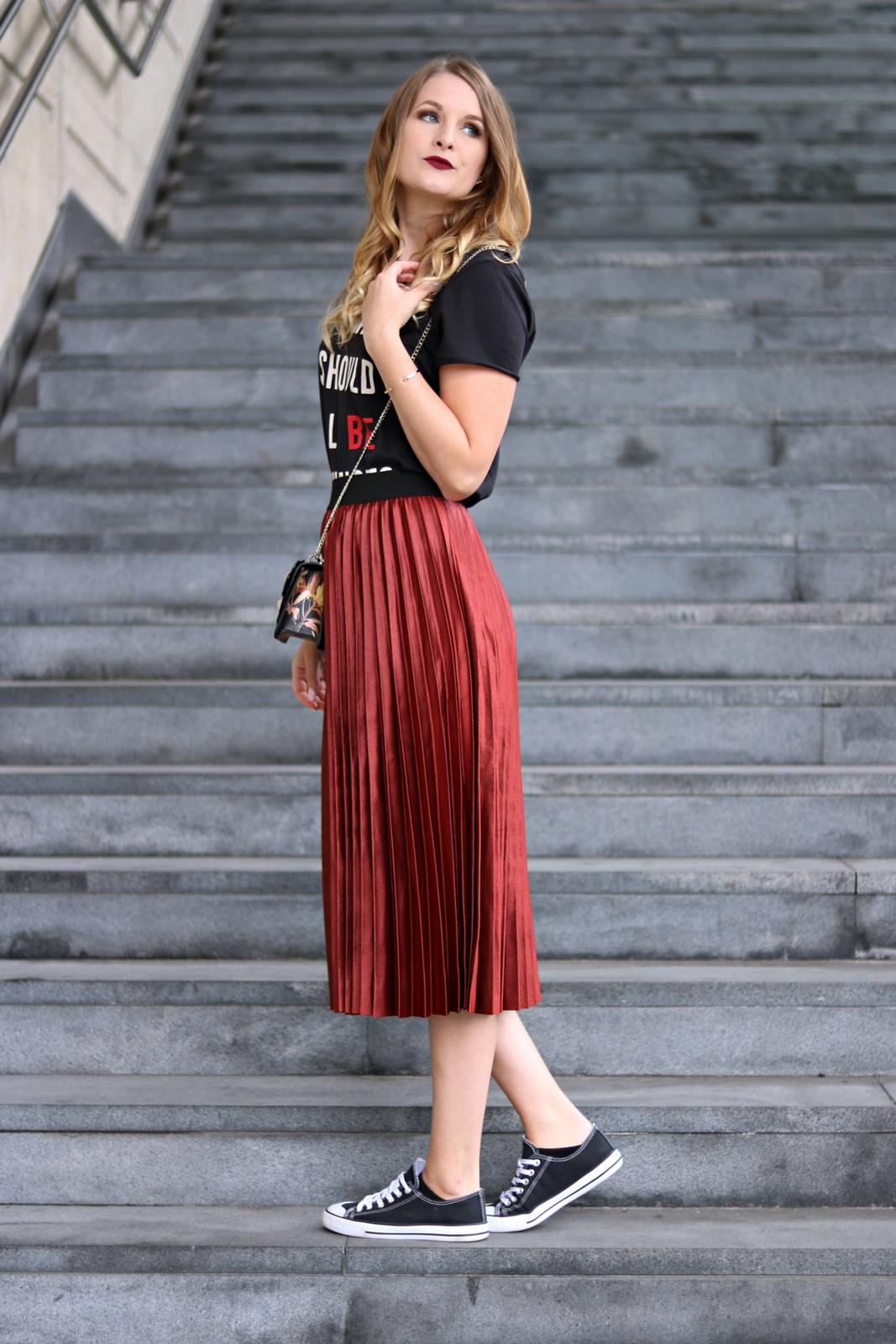 My Vienna Fashion Week Street Style Look - Fashion Week Outfit - Mode Look Style - Modeblog - Styleblog - Styling Ideen - Kombinationen - Rock und Shirt zu Sneakers und Cross Body Bag - Kleidung richtig kombinieren - Style Blog - Fashionladyloves by Tamara Wagner - Fashion Blog aus Graz Österreich - online Mode Magazin