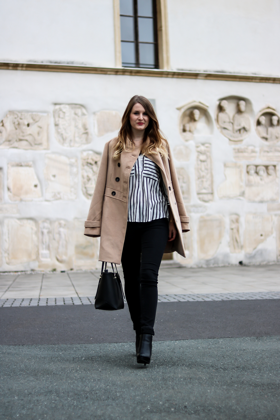 Der Camel Coat - Zeitlose Modeklassiker - Camel Coat kombinieren - Mantel Kombination - Kamelhaarmantel richtig kombinieren - ein Kleidungsstück das jede Frau besitzen sollte - Outfit Kombination für den Herbst - Outfit Kombination für den Winter - Mode Tipps - Mäntel kombinieren - Beiger Mantel - Guess Tasche - Outfit Kombination mit Jeans uns Streifenbluse - Fashionladyloves by Tamara Wagner - Fashion Blog - Mode Blog aus Graz Österreich