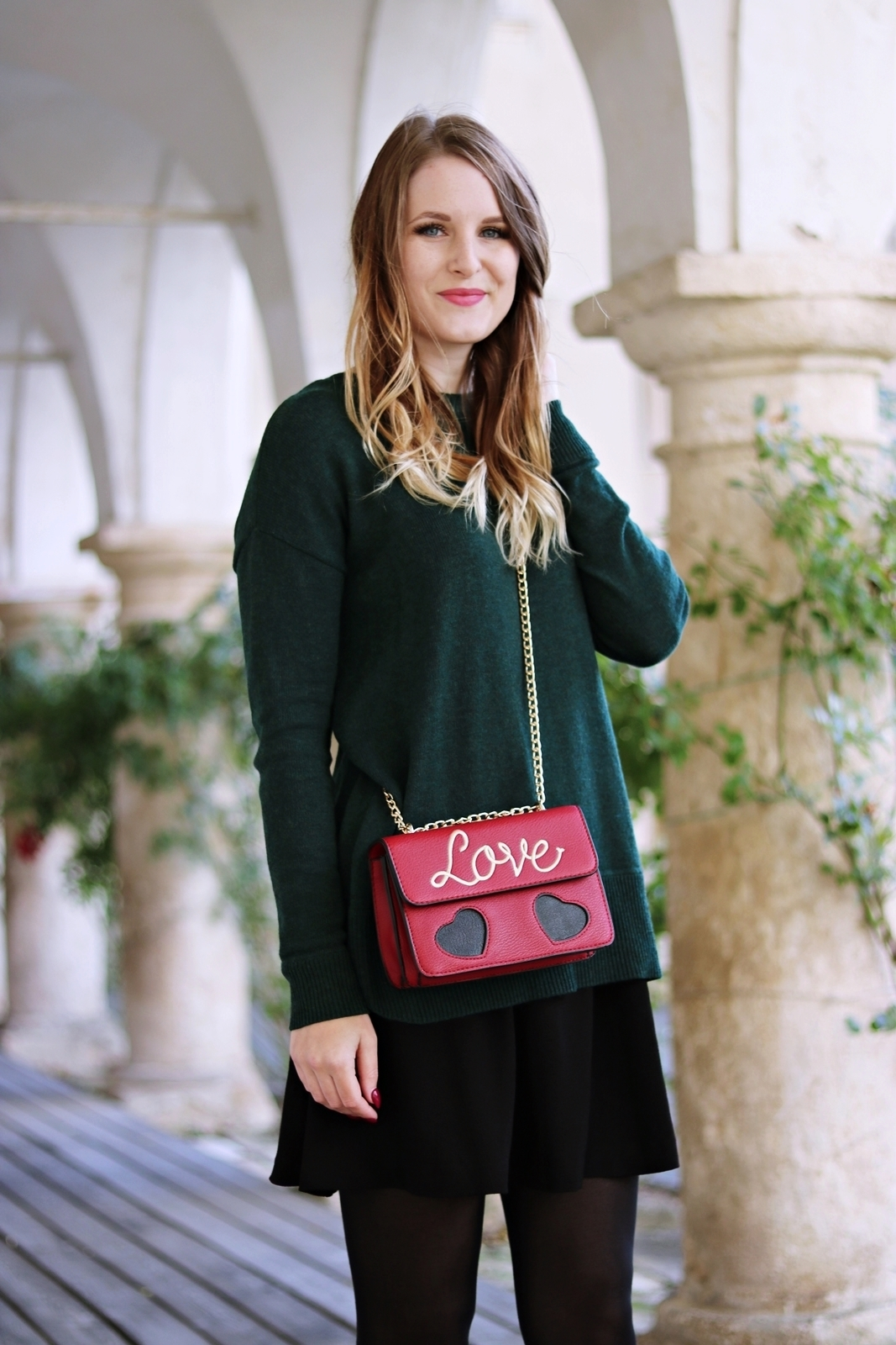 Die Statement Bag als Eyecatcher - Love Bag als Hingucker - Outfit mit Cross Body Bag, Pullover, Rock und Stiefeletten - Outfit Kombination im Herbst - auffällige Handtasche kombinieren - Love Bag - grünen Pulli kombinieren - Rock Kombination im Herbst - Herbst Outfit - Rock kombinieren - Street Style Look - Fashionladyloves by Tamara Wagner - Mode Blog, Fashion Blog aus Graz Österreich