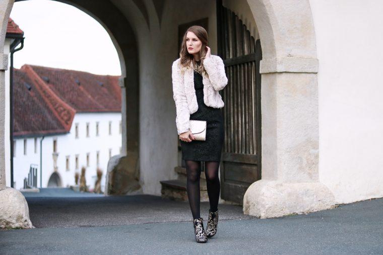 Sparkly Christmas Weihnachts Outfit - 24 Outfit inspirationen für den Weihnachtsabend oder die Weihnachtsfeier - Look für den Weihnachtsabend - Weihnachtsfeier Outfit - Mode für die Weihnachtsfeier - da perfekte Outfit für die Weihnachtsfeier - glitzerndes Weihnachtsoutfit - Weihnachtslook - festlicher Look - festliches Outfit - Fashionladyloves by Tamara Wagner - Fashion Blog - Mode Blog aus Graz Österreich