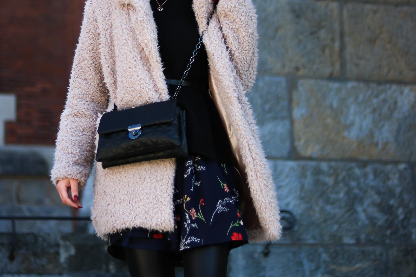 Der Teddy Coat - ein winterlicher Modetrend für jedermann - Mantel styling Idee - Teddy Coat kombinieren - flauschiger Mantel - Outfit mit Teddy Coat - Outfit Kleid im Winter - Mantel kombinieren - beiger Teddy Mantel - Streetstyle Kombination - gemütliches stylisches Outfit - Modetrend - alltagstauglicher Modetrend - Fashionladyloves by Tamara Wagner - Fashion Blog - Mode Blog aus Graz Österreich