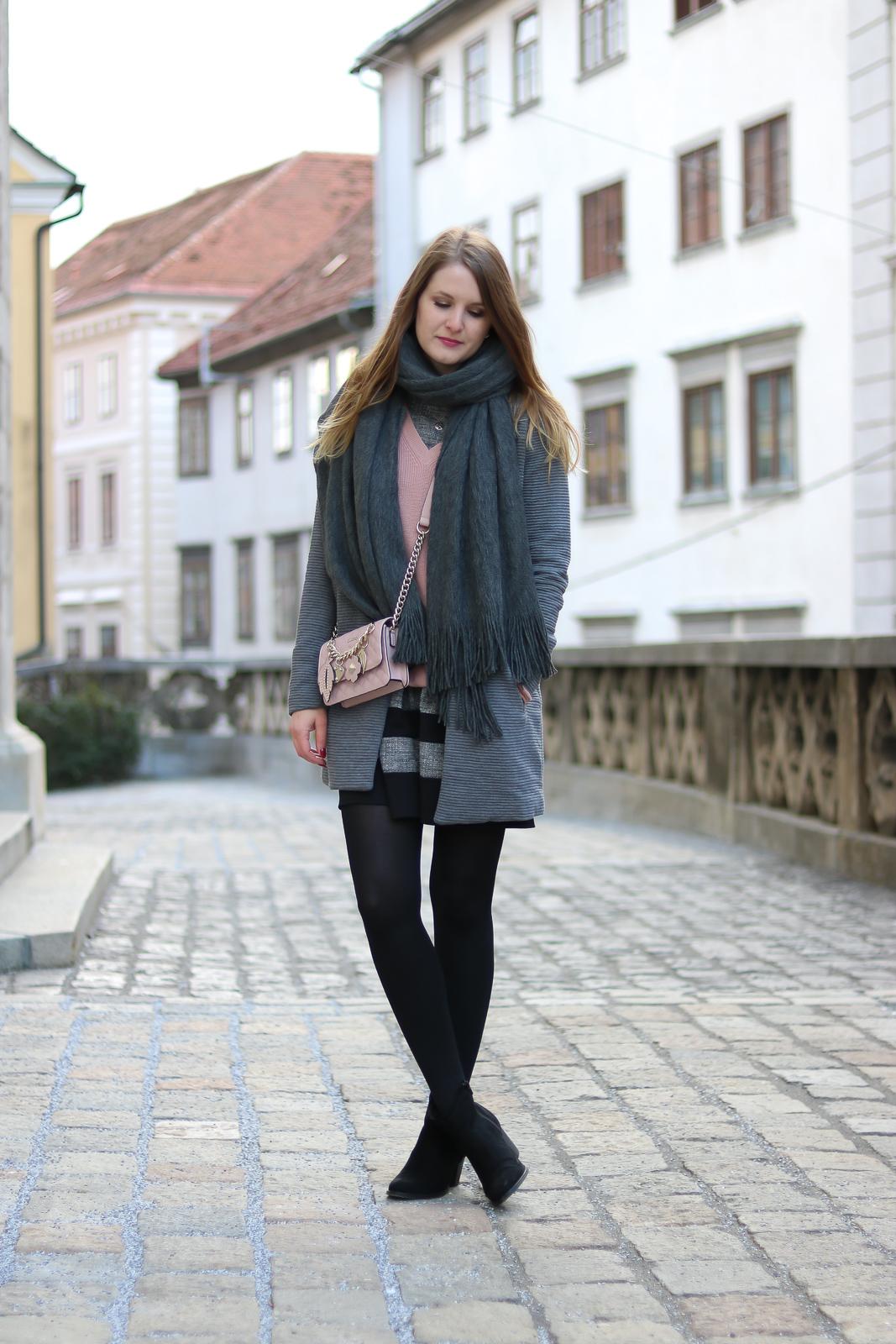 Kleider winterlich stylen - mit diesen Tricks gelingt es dir - Kleider im Winter tragen - Kleider kombinieren - graues Kleid Kombi - Kleid kombinieren - wie kombiniere ich ein kurzes Kleid im Winter - Kleid kombinieren Winter - graues Kleid stylen - welche Schuhe zu grauem Kleid - Layering Look mit Kleid - Layering Look Winter - Outfit - Trend - Grau-rosa Kombination - Rosa Pullover kombinieren - Fashionladyloves by Tamara Wagner - Fashion Blog - Mode Blog aus Graz Österreich