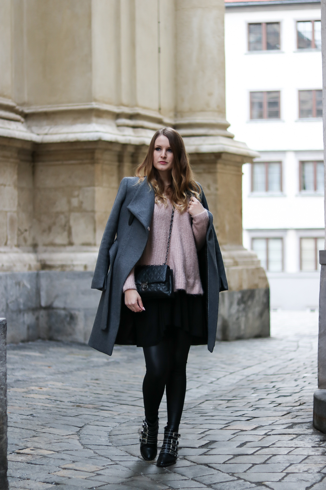 Layering Look - warm und stylish durch den Winter - Lagenlook kombinieren - grauen Mantel kombinieren - grauer Mantel kombination - Lederleggings - Kleid und Pullover - Rosa Grau Kombination - Lederleggings kombinieren - Outfit Ideen - Outfits - Mode Blog - Fashion Blog - Bloggerin aus Österreich - Style Magazin - Fashionladyloves by Tamara Wagner