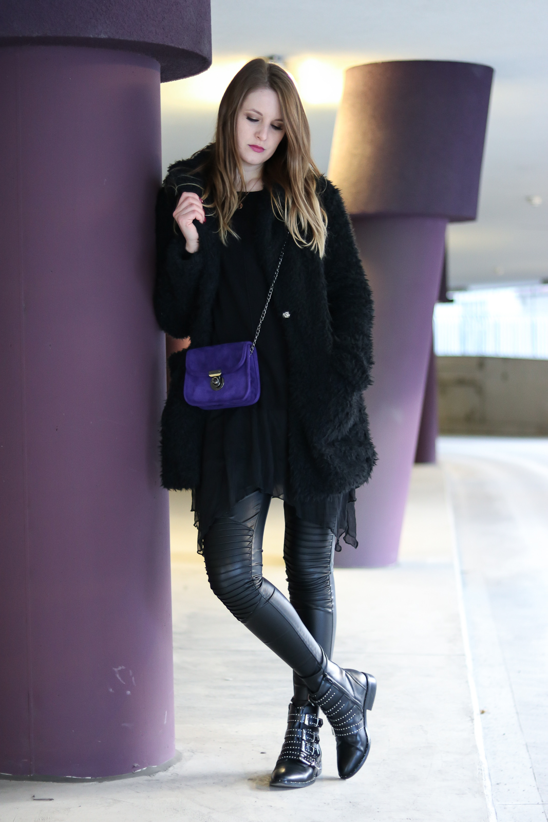All Black trifft auf Ultra Violet - Outfit mit der Trendfarbe des Jahres - Ultra Violet kombinieren - Outfit mit Lederleggings Teddy Coat und Boots - Ultra Violet Kombination - Trendfarbe kombinieren - All Black Look - Fashionladyloves by Tamara Wagner - Fashion Blog - Mode Bloggerin aus Graz Österreich