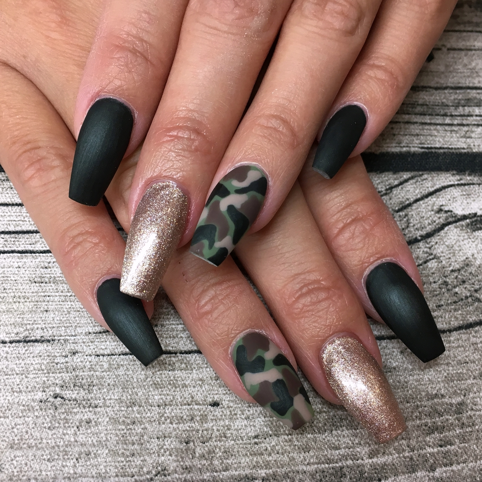Nail art inspiration camouflage nails matt versiegelt for Nageldesign matt