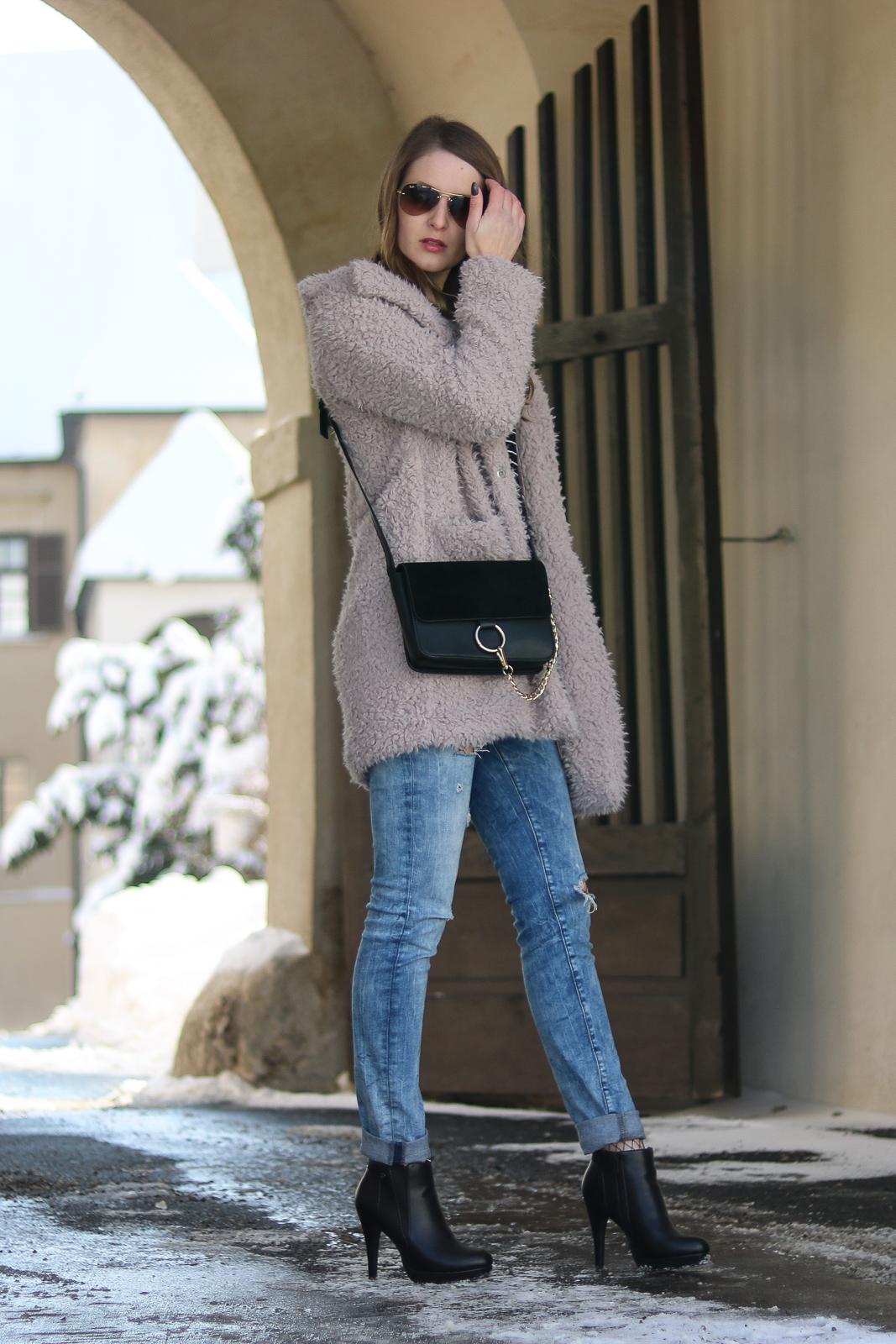 Das Streifenshirt - Zeitlose Modeklassiker - gestreiftes Marineshirt - Streifenshirt kombinieren - Streifenshirt im Winter stylen - lässiges Outfit mit Streifenshirt Teddy Coat Destroyed Jeans und Netzstrumpfhose - Fashionladyloves by Tamara Wagner - Fashion Blog - Modeblog aus Graz Österreich