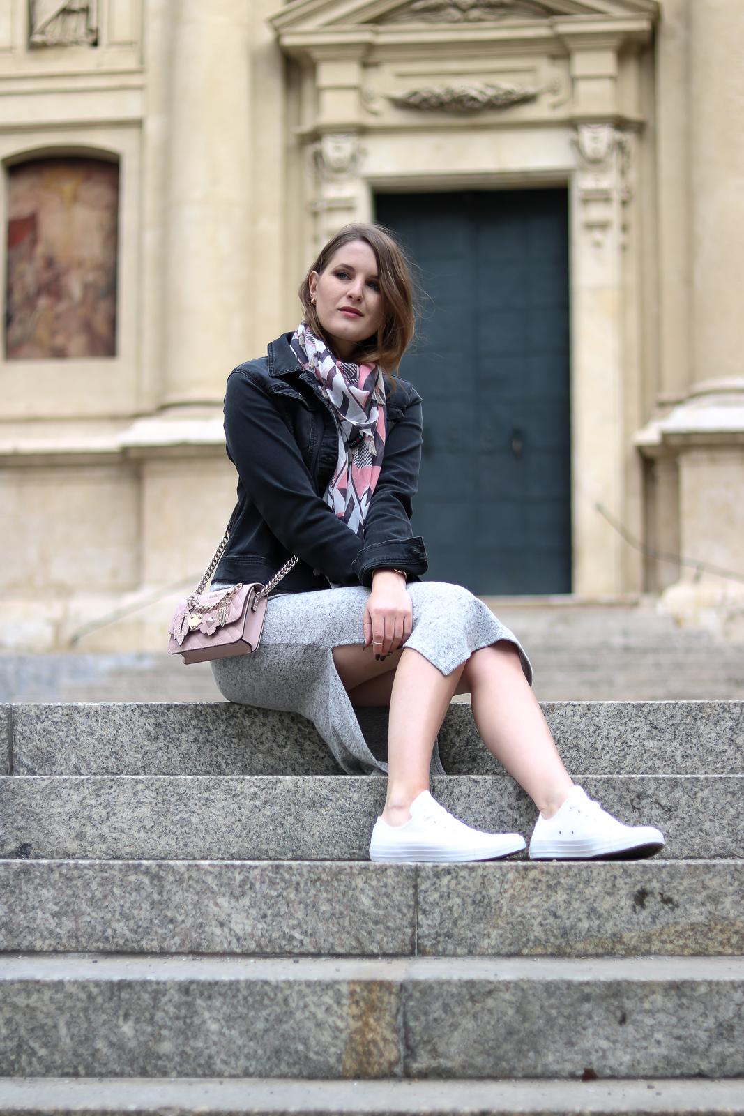 Ready for Spring - Midikleid und Sneakers - Frühlingslook mit grauem Strickkleid und weißen Converse und schwarzer Jeansjacke und rosa Guess Tasche - Fashionladyloves by Tamara Wagner - Fashion Blog - Mode Blog aus Graz Österreich