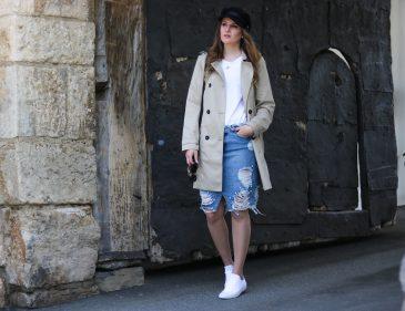 Der Trenchcoat - Zeitlose Modeklassiker - Trenchcoat und Baker Boy Hat kombinieren - Parisian Chic - Frühlings Kombination - frühlingshafte Outfit Kombination mit Jeansrock, weißem Shirt, Baker Boy Hat und Trenchcoat - Modetipps - Kombinationsmöglichkeiten - Fashionladyloves by Tamara Wagner - Fashion Blog - Mode Blog aus Graz Österreich