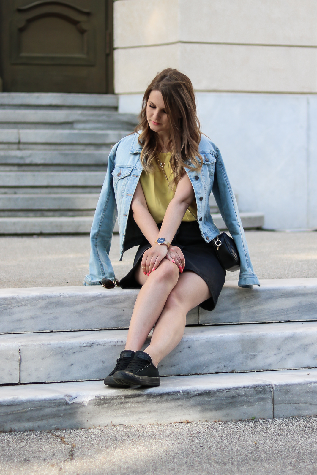 Trendfarbe Gelb - hol dir die Sonne in den Kleiderschrank - Gelb kombinieren - Grauen Rock-gelbe Bluse und Jeansjacke kombinieren - Gelbe Outfit Kombination - Gelbe Kleidungsstücke - Trendfarbe des Sommers -Fashionladyloves by Tamara Wagner - Fashion Blog - Modeblog aus Graz Österreich