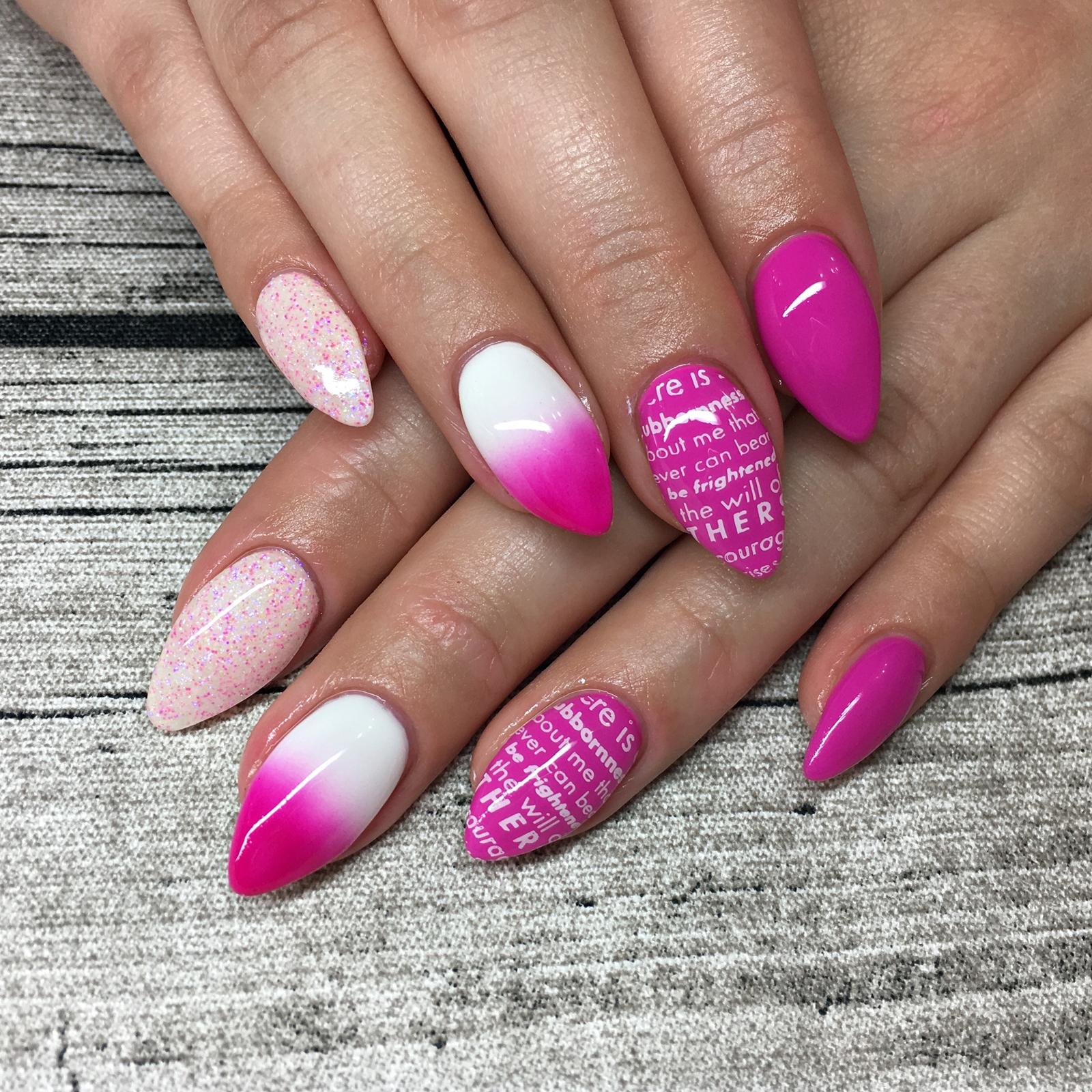 Nail Art Inspiration Spring Summer - Nageldesign für den Sommer - Nageldesign mit Pink und Schrift Stamping - Nägel auffällig gestalten - Fashionladyloves by Tamara Wagner
