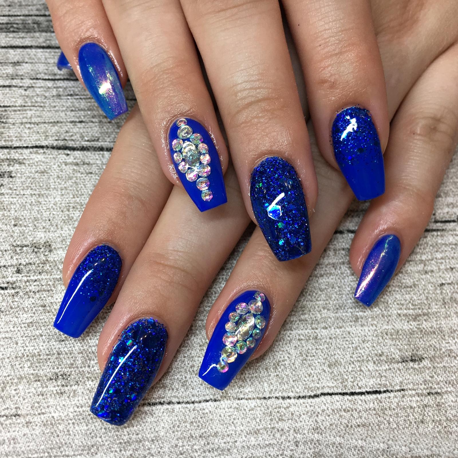 Nail Art Inspiration Spring Summer - Nageldesign für den Sommer - Nageldesign mit blauen Glitzer und Strasssteinchen - Nägel auffällig gestalten - Fashionladyloves by Tamara Wagner