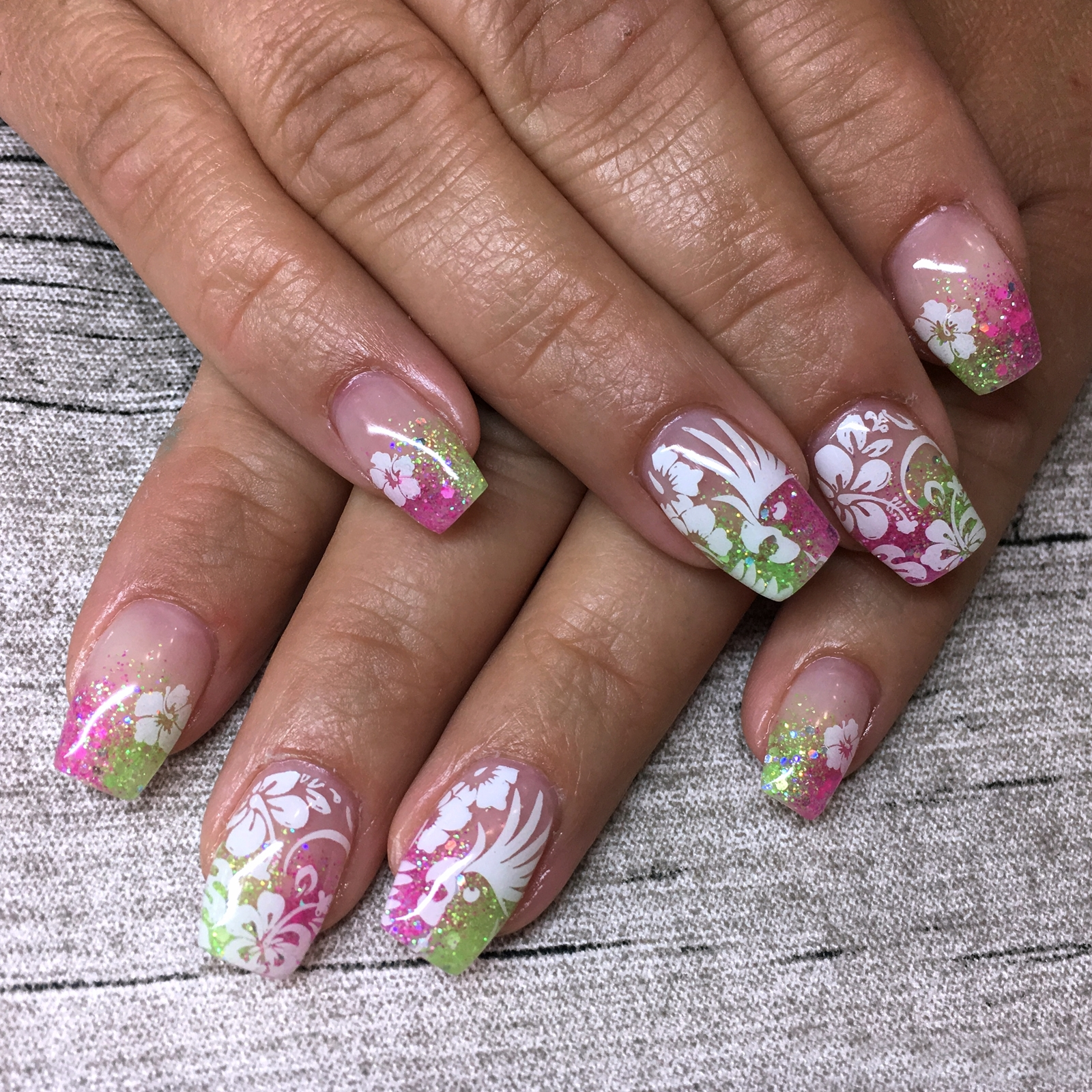 Nail Art Inspiration Spring Summer - Nageldesign für den Sommer - Nageldesign mit buntem Glitzer und Stamping - Nägel auffällig gestalten - Fashionladyloves by Tamara Wagner