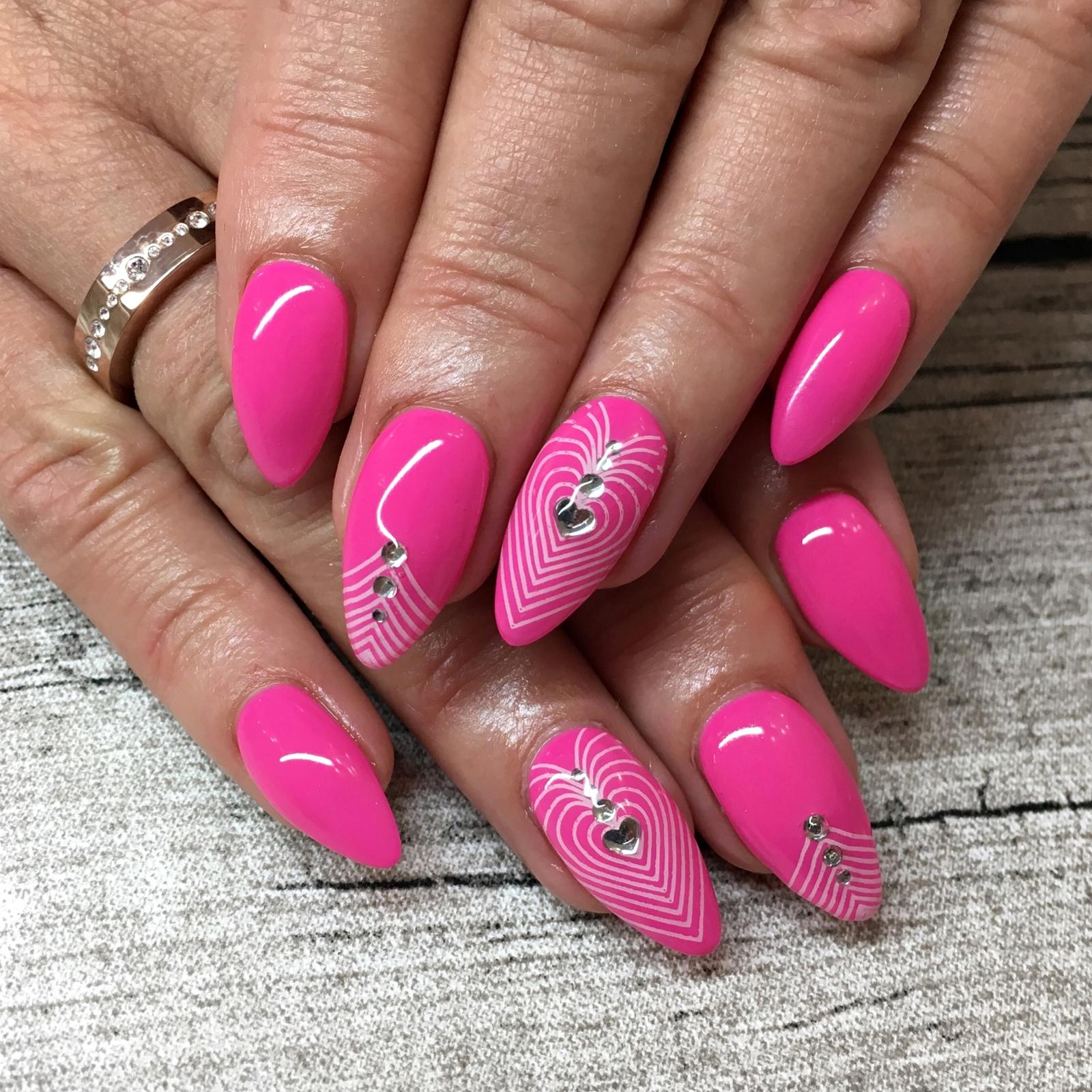 Nail Art Inspiration Spring Summer - Nageldesign für den Sommer - Nageldesign mit neon Pink und Stamping und Strass - Nägel auffällig gestalten - Fashionladyloves by Tamara Wagner