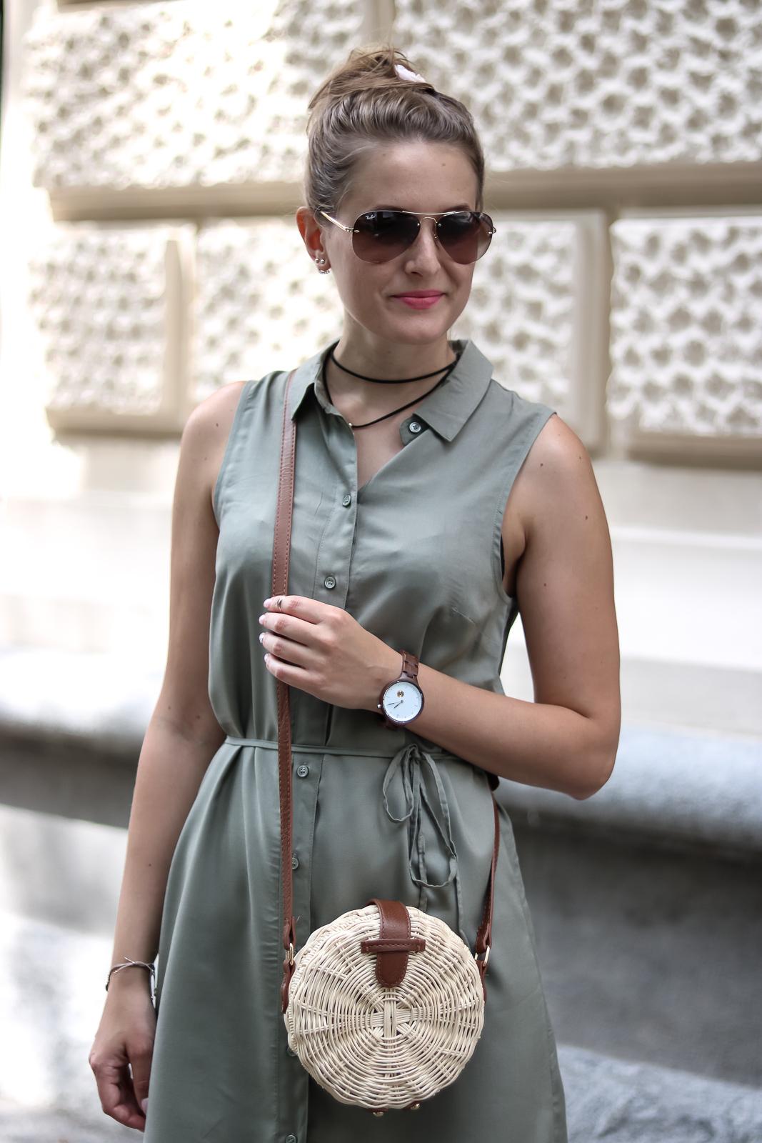Safari Style meets City - Olivgrüne Kleidung kombinieren - Safari Look Outfit Kombination - Grünes Kleid kombiniert mit Korbtasche und Sandalen - Modetipps - Fashionladyloves by Tamara Wagner - Fashionblog - Mode Blog