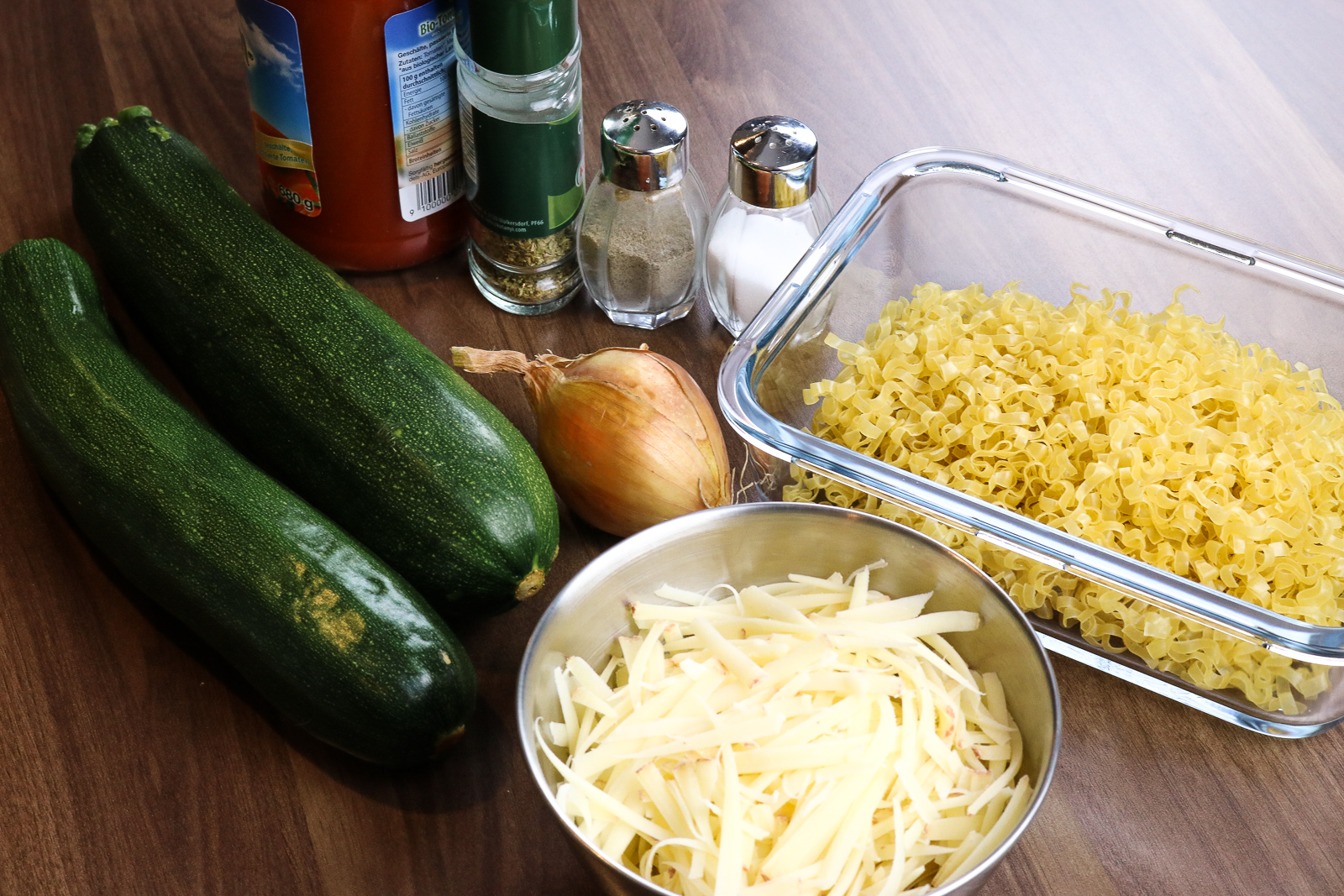 Gefüllte Zucchini - vegetarisch und schnell zubereitet- Zucchini gefüllt mit Tomatensauce und Wok Nudel - Rezept - vegetarisches Rezept - Fashionladyloves by Tamara Wagner - Food Blog