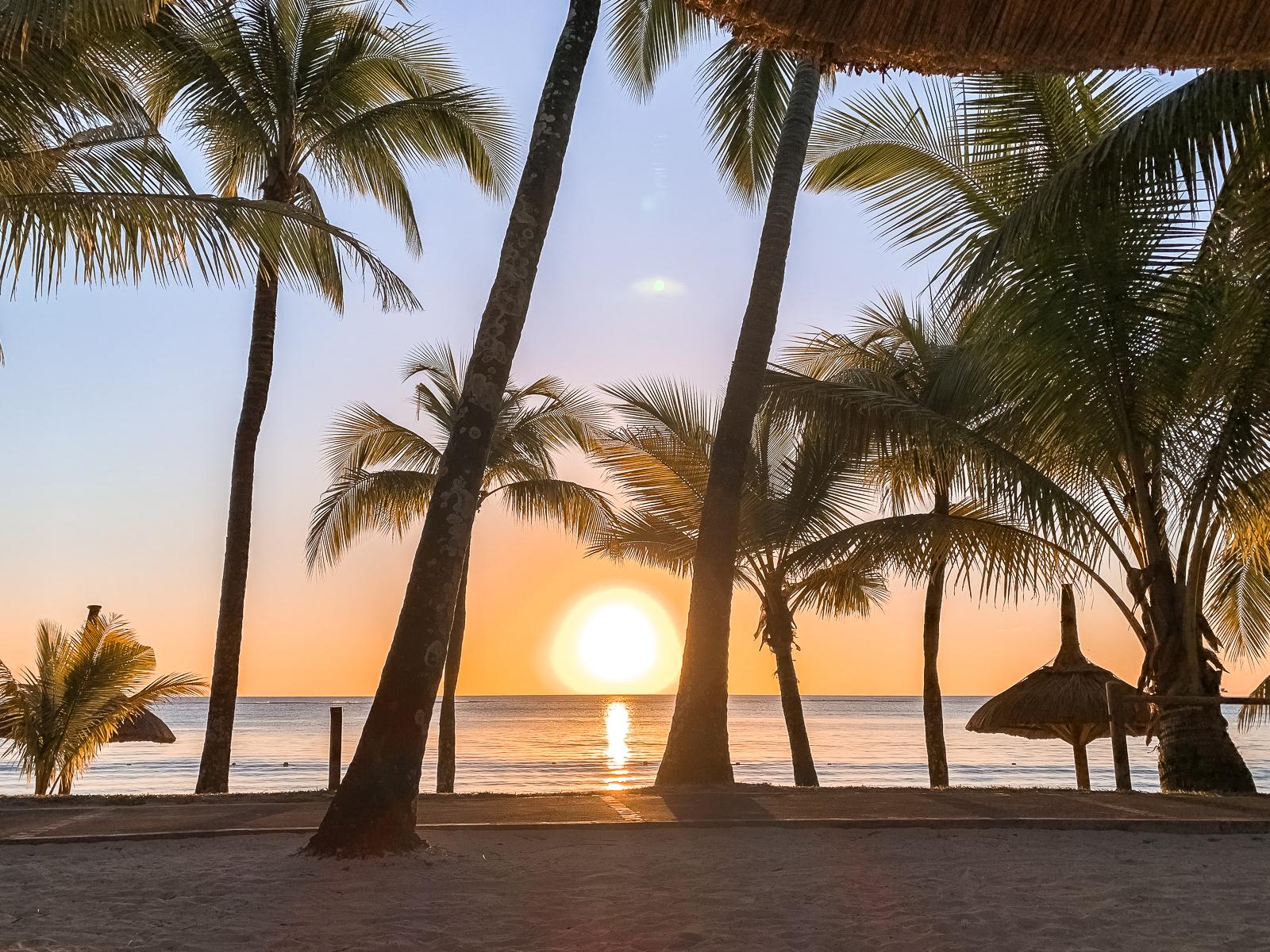 Mauritius Reisebericht - Wissenswertes und Highlights der Trauminsel - Mauritius Reise - Mauritius Sehenswürdigkeiten - Mauritius Flitterwochen - Traumreise - Paradies - schönste Insel - Traumurlaub -Tipps für Mauritius - Mauritus Reiseführer - Mauritius Travel Guide - Sonnenuntergang am Trou aux Biches Beach - Fashionladyloves by Tamara