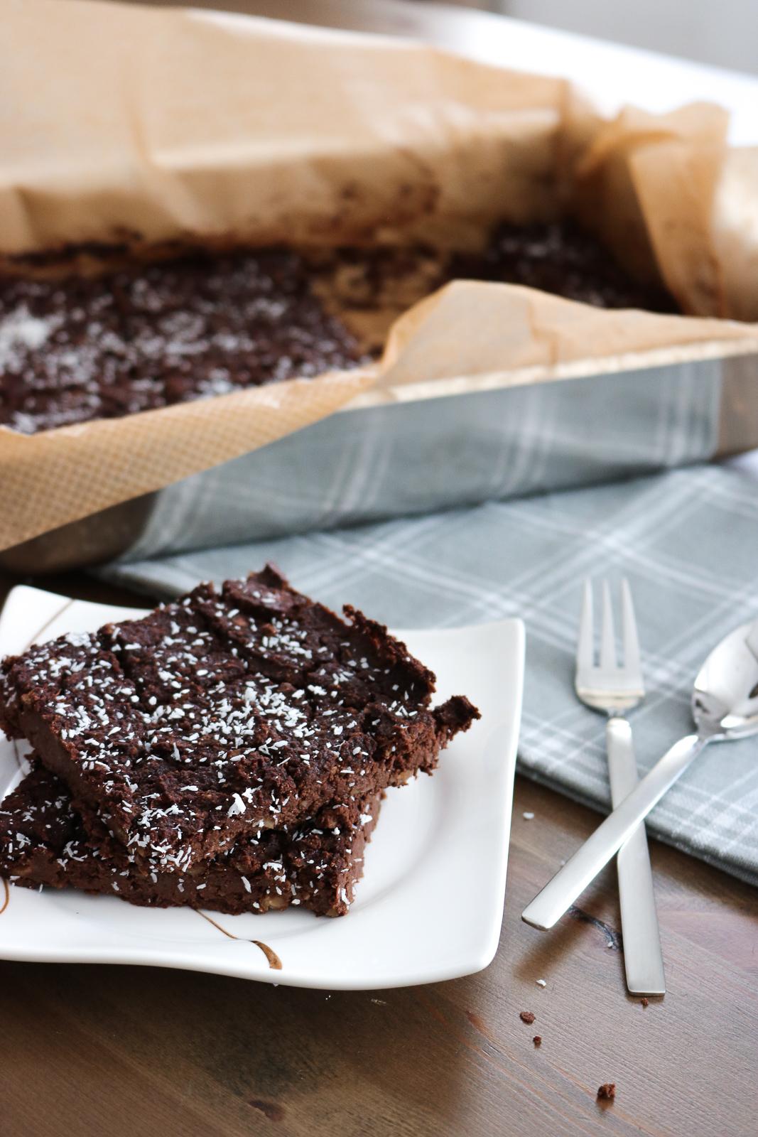 Vegane Brownies - die besten veganen Brownies - Brownie Rezept vegan und gesund - gesunder Snack - gesunde Brownies - Brownies mit wenig Kalorien - Brownies ohne Zucker - die besten Brownies - Brownies Backen - einfache Brownies vegan - Fashionladyloves by Tamara Wagner